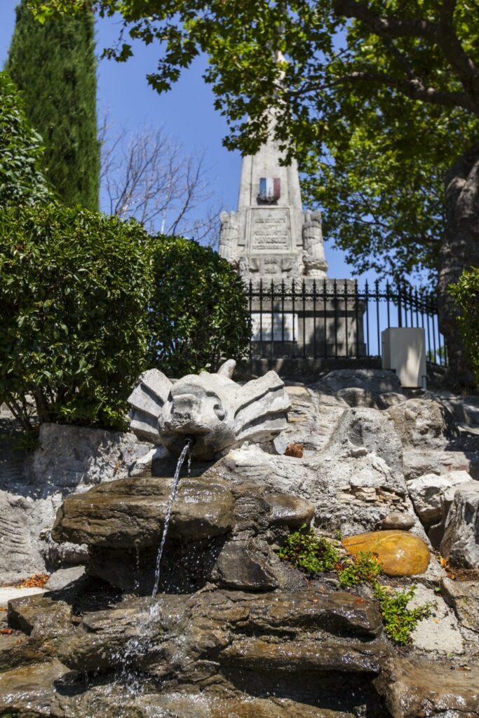 Fontaine et monument aux morts