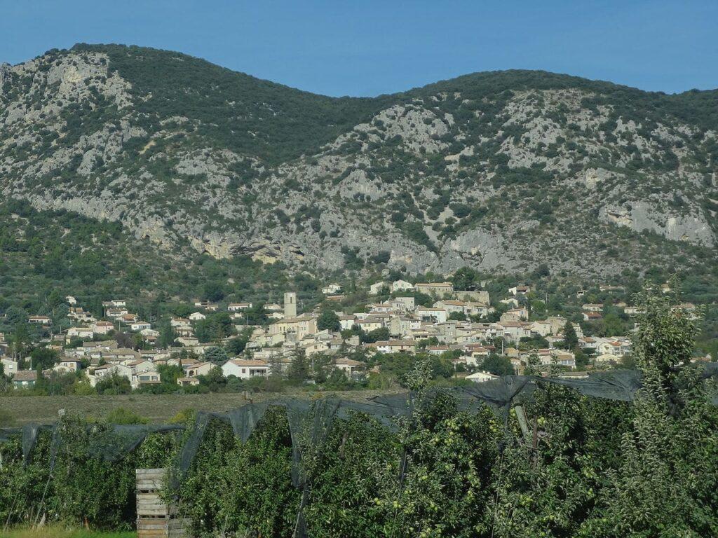 Volx,_vue_du_village_du_sud-est