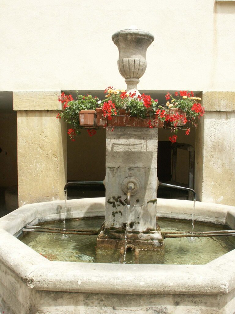 Fontaine du mitan Pénitents place Abel Roger (1)